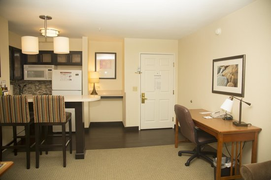 Staybridge Suites Austin Arboretum: Looking towards the door.  Spacious room