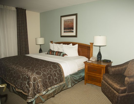 Staybridge Suites Austin Arboretum: comfy bed.  Outlets on lamps for charging phones, etc