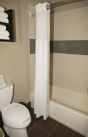 Staybridge Suites Austin Arboretum: Stool/shower area a bit cramped