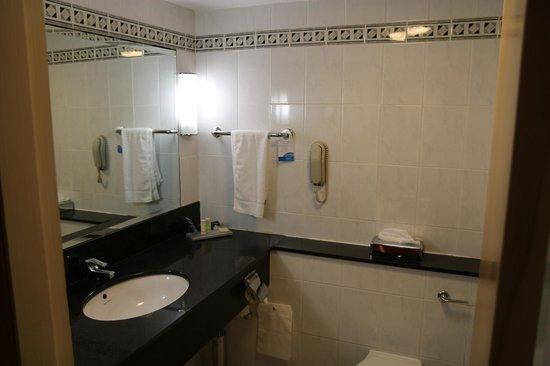 Radisson Blu Hotel & Spa, Limerick: The bathroom