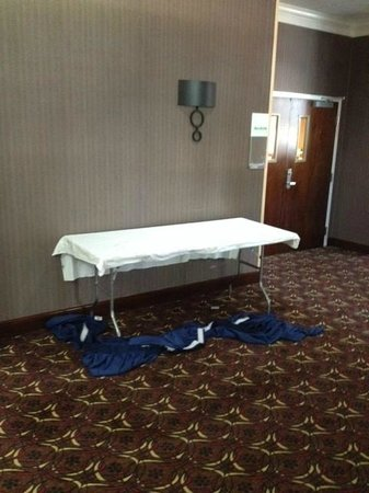 Holiday Inn New London - Mystic Area : Unchanged dirty table left out overnight (taken @Noon)