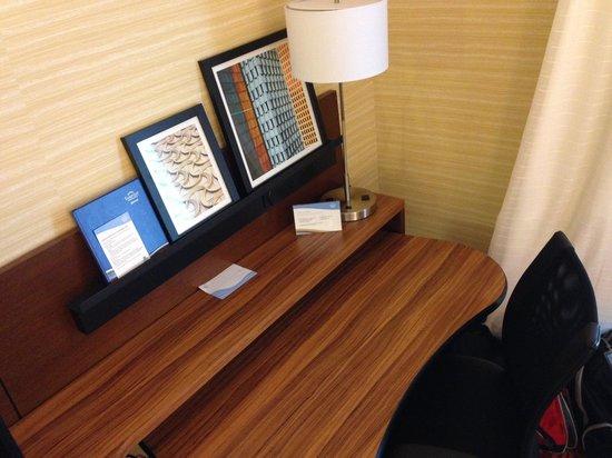 Fairfield Inn & Suites Ithaca: Desk and chair