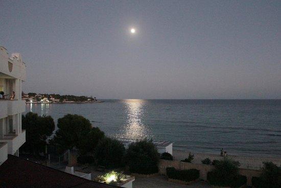 Hotel Fontane Bianche Beach Club: La luna riflessa vista dal balcone