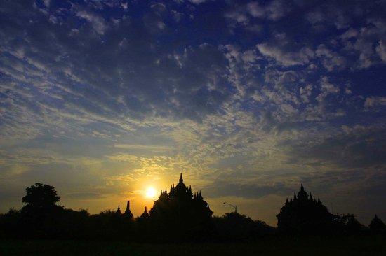 Temple de Prambanan : foto ini saya ambil saat pagi hari di candi pelaosan...