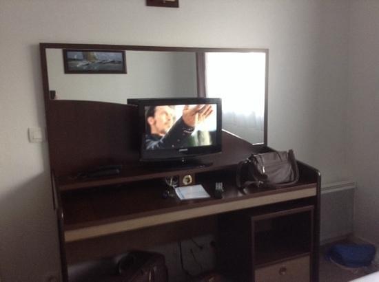 Appart'City Brest Place de Strasbourg : meuble et TV écran plat