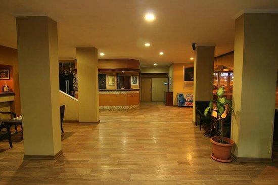 Mora Hotel: lobby bar