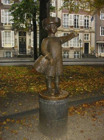 Binnenhof & Ridderzaal (Inner Court & Hall of the Knights) : That's Lil Jhon statue