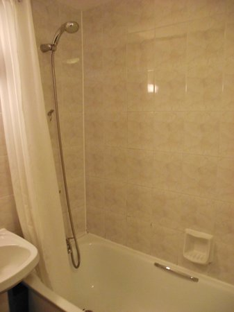 The Grand Hotel - Llandudno : bath with excellent shower both spotless