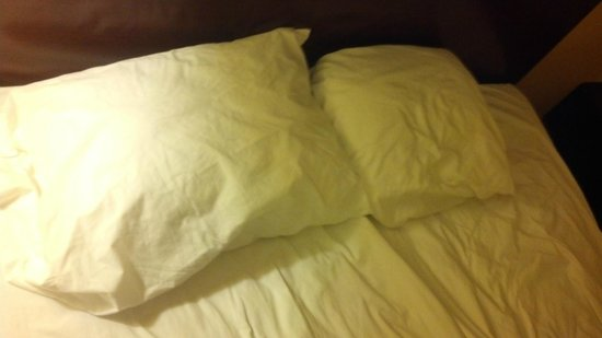 Super 8 la Vale/Cumberland Area : This is the picture of the difference in pillow sizes.