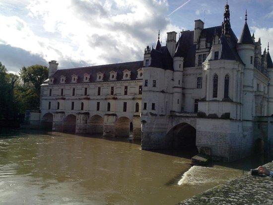 Château de Chenonceau : chateau vu du jardin de Diane de Poitiers