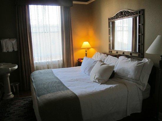 Hassayampa Inn : The 2-Room Suite Bedroom