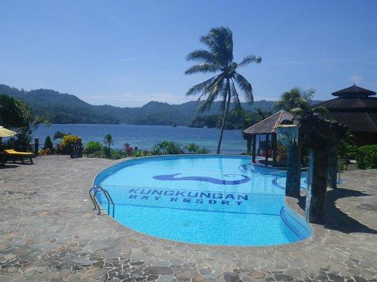 Kungkungan Bay Resort: Piscina y vistas del estrecho