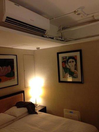Xi Hotel: ужасный монтаж кондиционера в номере