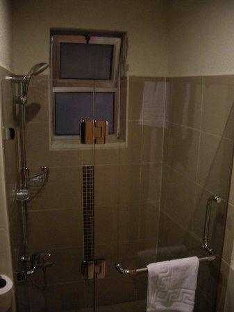 Crystal Hotel : The bathroom