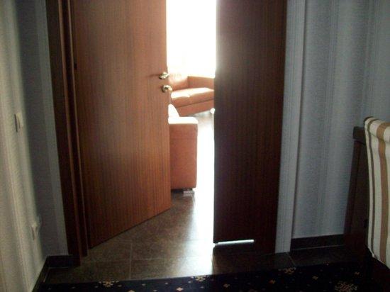 Manhattan Hotel & Restaurant: Room door opens into lobby
