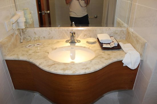City Garden Hotel Makati : bathroom sink