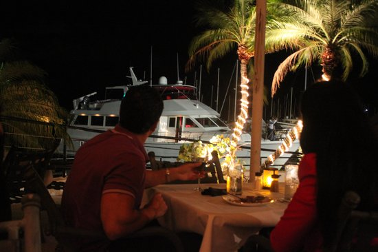 Chart House Restaurant : Boats pulling up