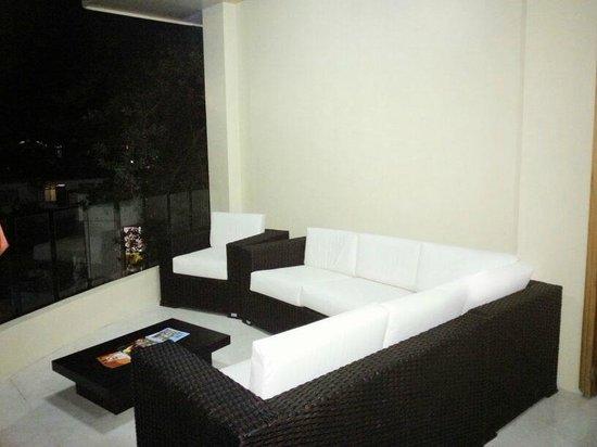 Hotel La Laguna Galapagos: Nuestra mejorada sala de estar / Our renovated lobby