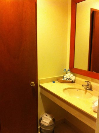 Hotel Magno: Outside of the bathroom