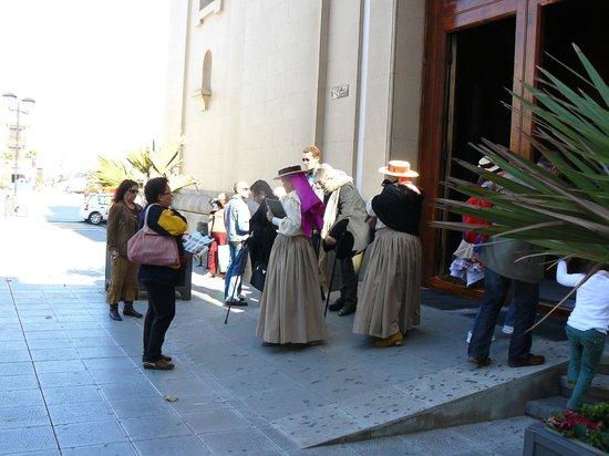 Basílica de Nuestra Señora de la Candelaria: W narodowych strojach przed bazyliką w Candelarii