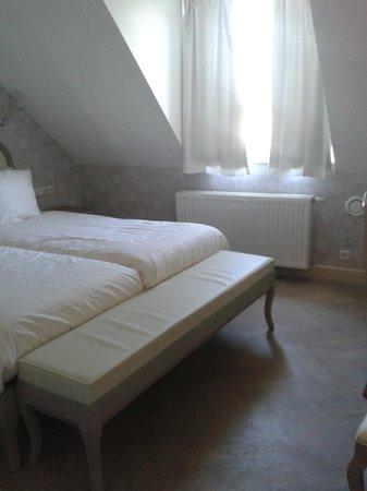 Hotel Bigarre : Bed, raam