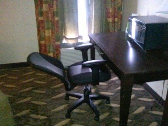 Motel 6 Pine Bluff: Broken Chair