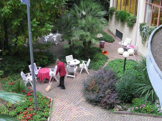 Hotel La Perla: Del av La Perlas innegård
