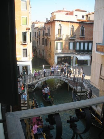 Hotel Violino d'Oro : View from the balcony next to our room towards the little bridge