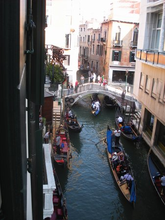 Hotel Violino d'Oro : View from our room towards the little bridge