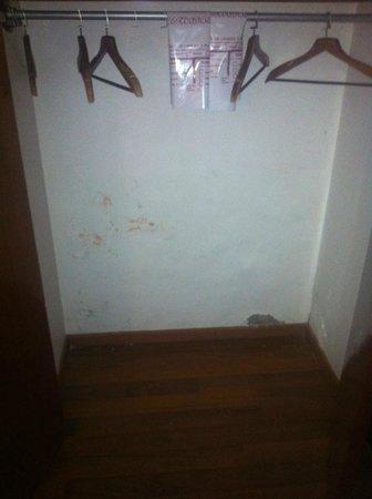 Hotel Cervantes: Closet