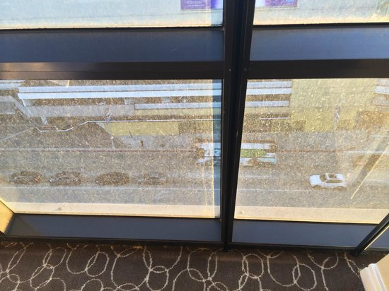 Sofitel Los Angeles at Beverly Hills: More Dirty glass