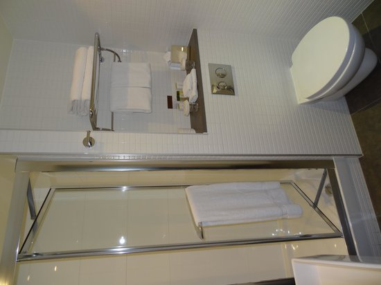 DoubleTree by Hilton Hotel London -Tower of London: Shower and toilet