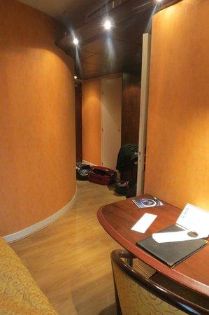 Best Western Hotel Le Pont D'Or : entree, porte wc et porte salle de bain