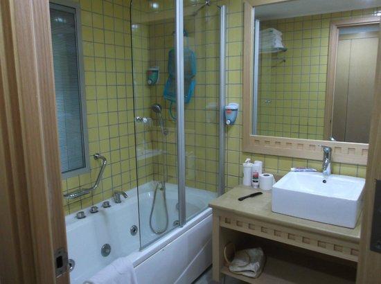 Holiday Village Turkey Hotel: jacuzzi bath and power shower