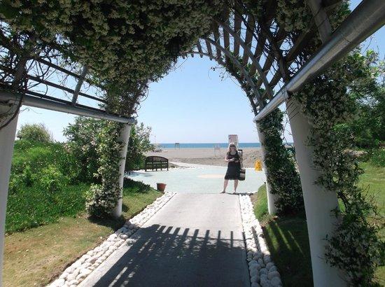 Holiday Village Turkey Hotel: pathway to beach