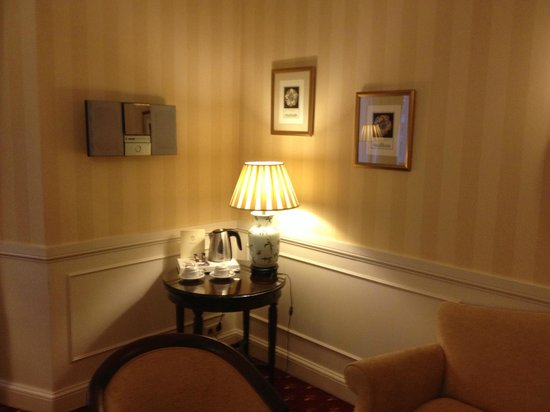Emperador Hotel Madrid: Coffee and tea station in room