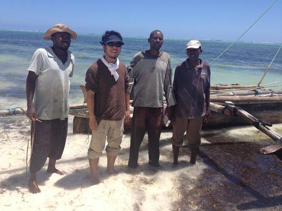 Matemwe Bandas Boutique Hotel, Zanzibar: 楽しいガイドたち。(勝手に釣りしだすw。)