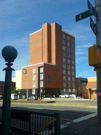 Brooklyn Way Hotel, BW Premier Collection: Ansicht Hotel von der U- Bahn Station gegenüber