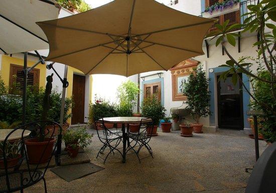 Centro Storico Hotel : giardino interno dove fare la colazione