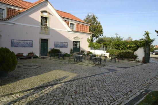 Club D'Azeitao : Pequena esplanada frente à entrada do hotel.