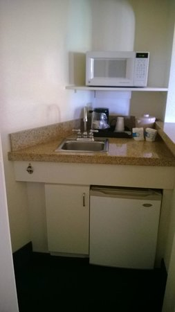 Windmill Suites in Surprise: kitchenette