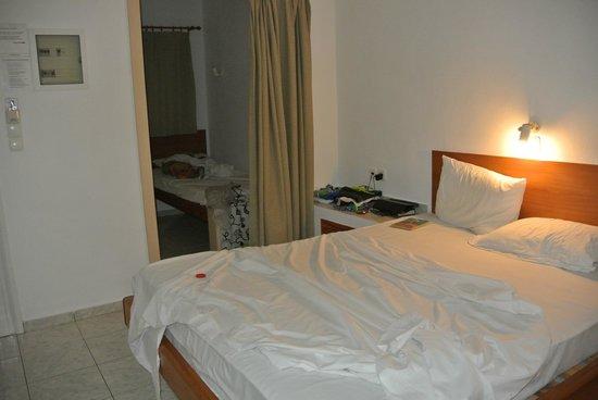 Stella Village Hotel & Bungalows : Очень скромный номер, зато разделён на 3 части, т.е. в нём 3 кровати
