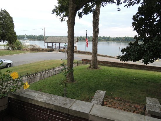 River Rose Inn B&B: View of the Ohio River from the front porch