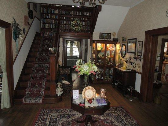 River Rose Inn B&B: Foyer stair to the 2nd floor