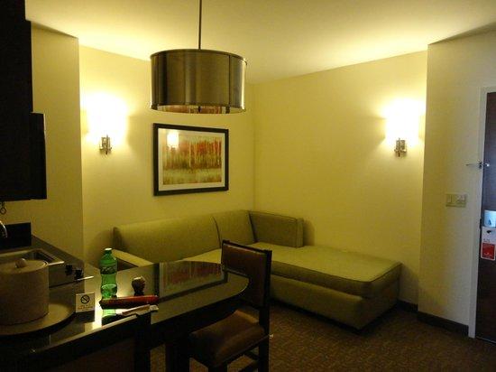 Ramada Plaza Resort and Suites Orlando International Drive : sala quarto