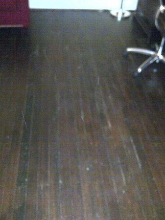 Sheraton Columbia Downtown Hotel: Shabby Chic Minus Chic - beat up floor