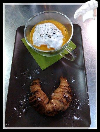 Ca Bastian Ristorante: cappuccino di zucca e croissant allo speck