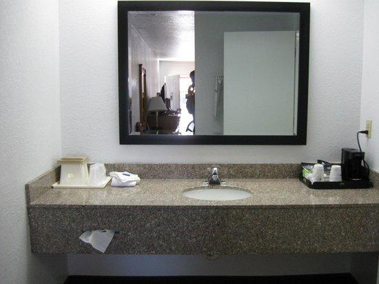Best Western Santa Rosa Inn: vanity