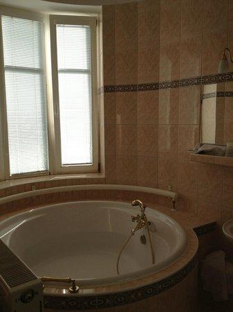 Hotel Arcus: salle de bain avec baignoire ronde