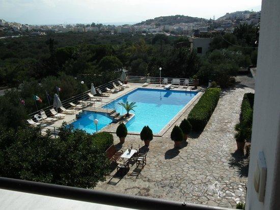 Golden Apartments: Blick auf den Pool + Restaurant (unten rechts davon)